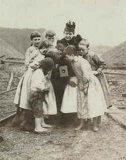 Photographer Frances Benjamin Johnston shows children a Kodak.