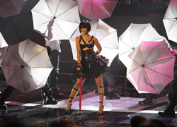 Rihanna performing at the 2007 MTV Movie Awards. (Getty Images)